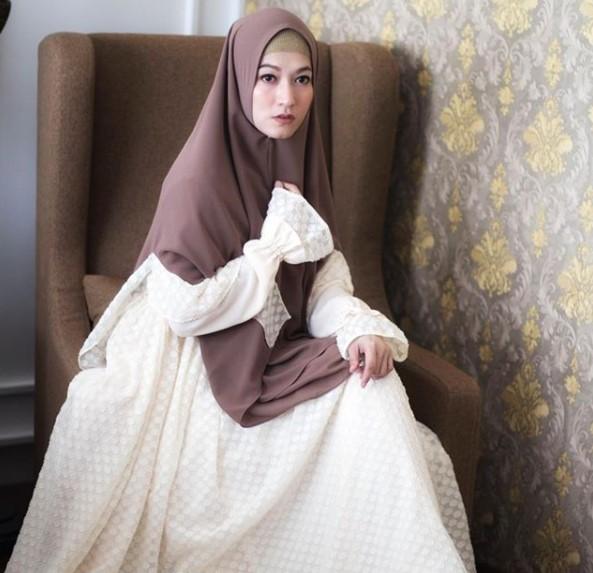 Model Busana Muslim Lebaran Gamis Syar'i Lyra Virna Broken White