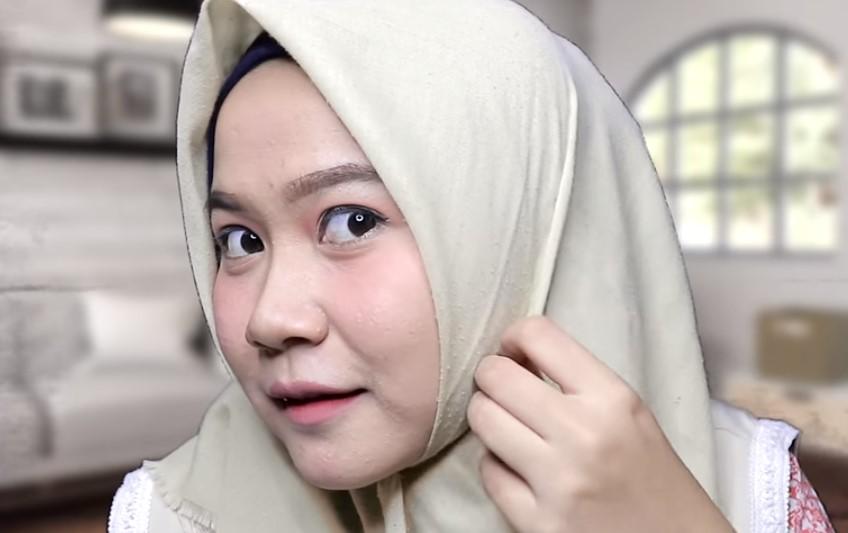 Tutorial Hijab Segi Empat untuk Wajah Bulat Lipat Sedikit Bagian Sisi Kanan dan Kiri Hijab Agar Terlihat Lebih Rapi