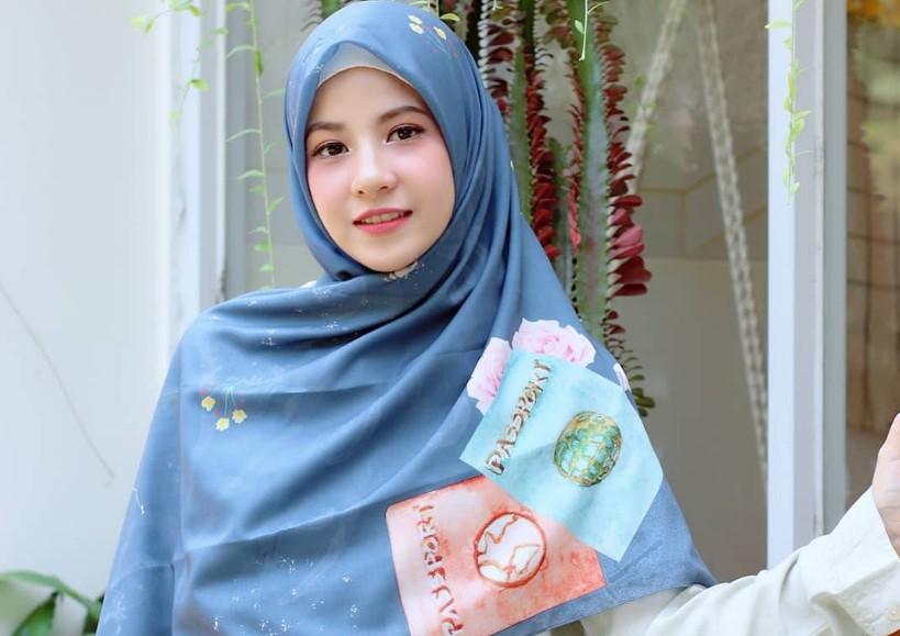 Gunakan Hijab Berpola Elegan dan Simple Wajah Bulat
