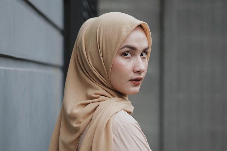 Jangan Menggunakan Lipatan Hijab di Ujung Kanan Kiri dari Dagu