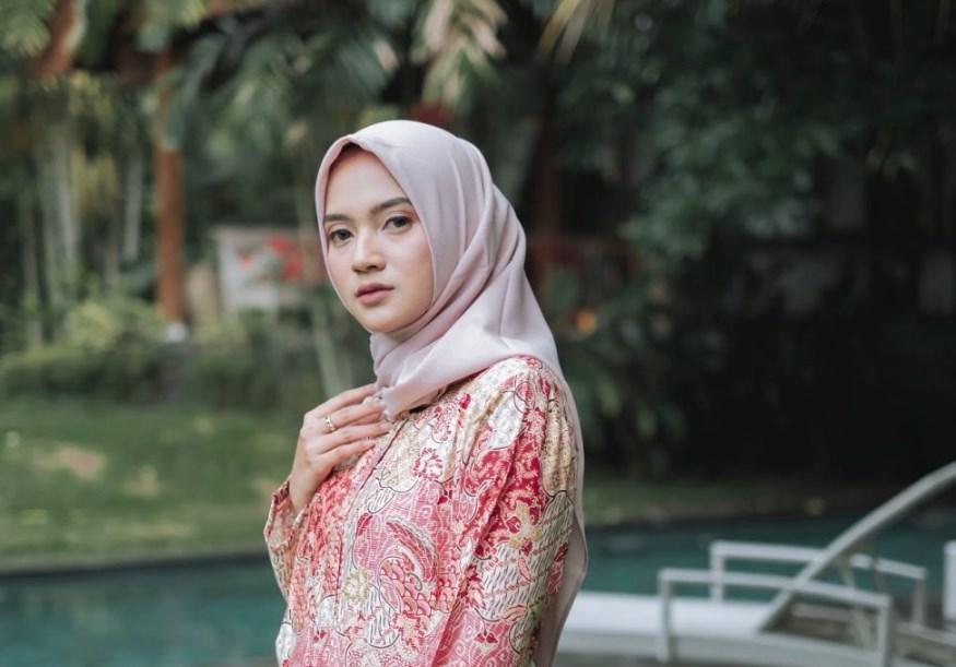 Style Hijab Jatuh ke Bahu Cocok Untuk Wajah Bulat