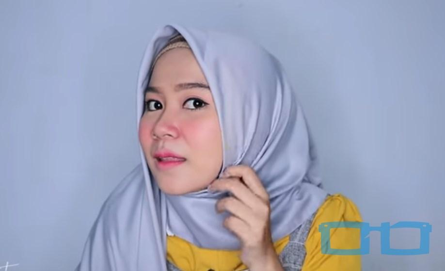 Tutorial Hijab Segi Empat Menutup Dada Syari untuk Wajah Bulat Bawa Sisi Hijab yang Lebih Pendek ke Samping Kepala Sisi Lainnya dan Sematkan Pentul