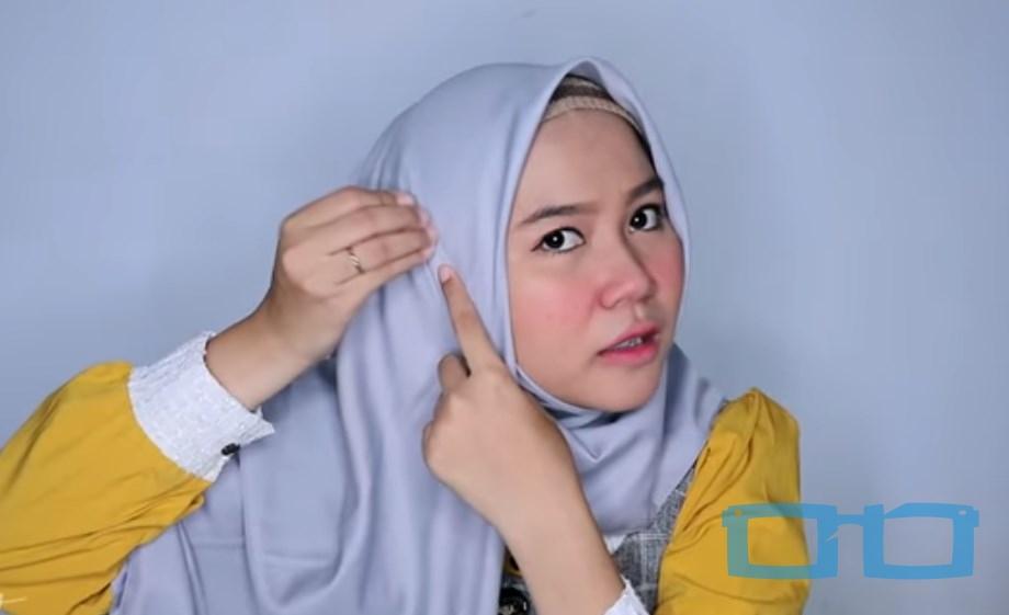 Tutorial Hijab Segi Empat Menutup Dada Syari untuk Wajah Bulat Rapikan dan Sematkan Jarum Pentul