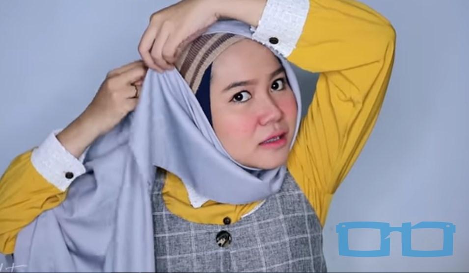 Tutorial Hijab Segi Empat Menutup Dada Syari untuk Wajah Bulat Salah Satu Sisi Hijab Lebih Panjang