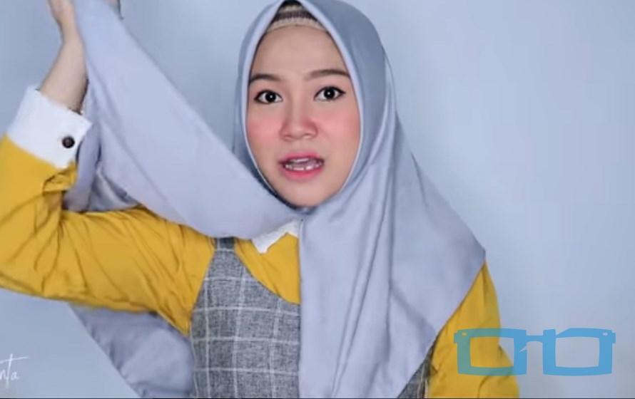 Tutorial Hijab Segi Empat Sederhana Syari untuk Wajah Bulat Ambil Salah Satu Sisi Hijab