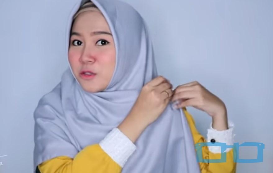 Tutorial Hijab Segi Empat Sederhana Syari untuk Wajah Bulat Bawa Sisi Hijab Keatas Bahu dan Sematkan Bross Hijab