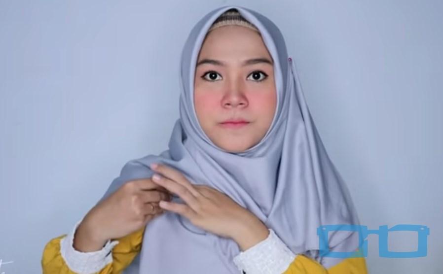 Tutorial Hijab Segi Empat Syari Terbaru untuk Wajah Bulat Bawa Sisi Hijab Lainnya Keatas Bahu dan Sematkan Jarum Pentul