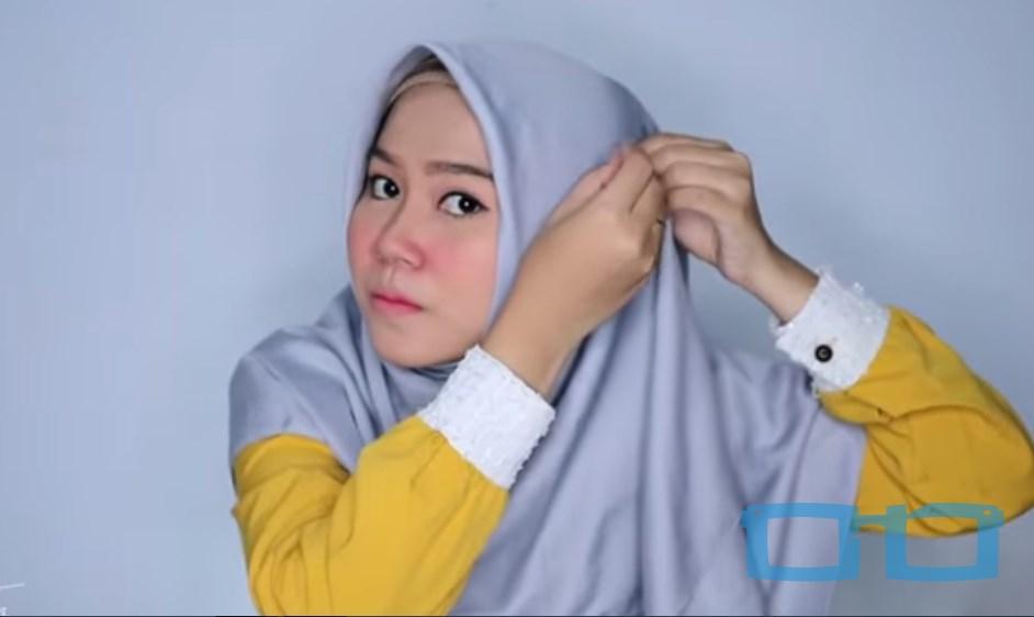 Tutorial Hijab Segi Empat Syari Terbaru untuk Wajah Bulat Rapikan dan Sematkan Jarum Pentul