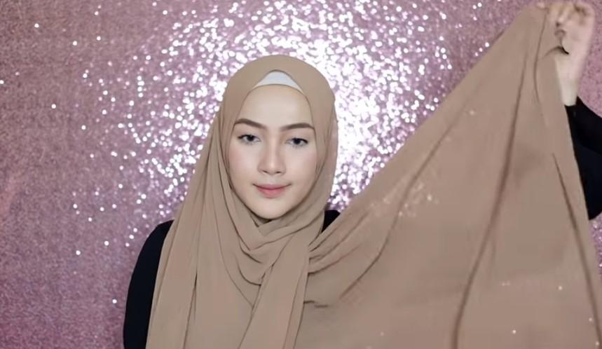 Tutorial Pashmina Simple Hijab Syar'i Bawa Sisi Hijab Pashmina yang Lainnya ke Atas Kepala