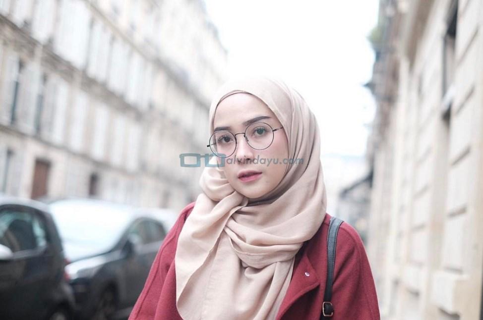 Warna Hijab Gelap dan Mencolok Untuk Wajah Bulat Cerah