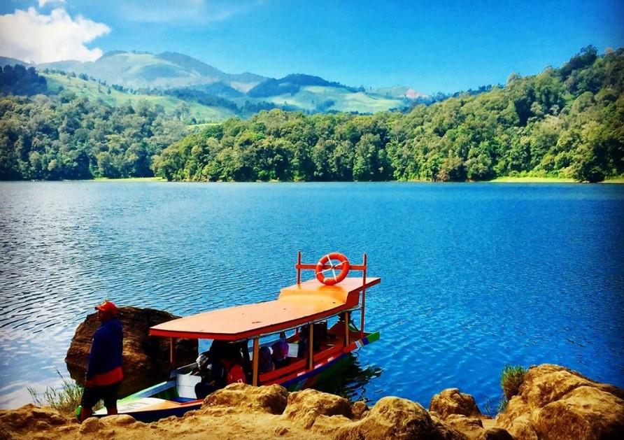 Berkeliling Danau Dengan Perahu