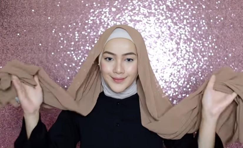 Tutorial Hijab Pashmina Syari Simple dan Mudah Kenakan Inner Hijab atau Ciput dan Pastikan Sisi Kanan dan Kiri Hijab Pashmina Sama Panjang
