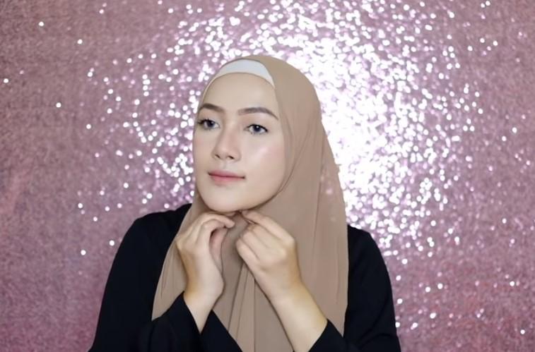Tutorial Hijab Pashmina Syari Simple dan Mudah Rapikan Hijab dan Sematkan Peniti atau Jarum Pentul