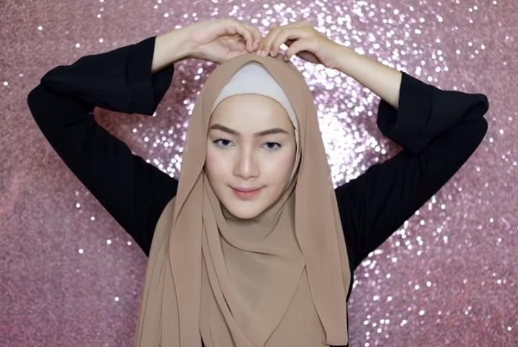 Tutorial Hijab Pashmina Syari untuk Pesta Sematkan Peniti atau Jarum Pentul di Atas Kepala