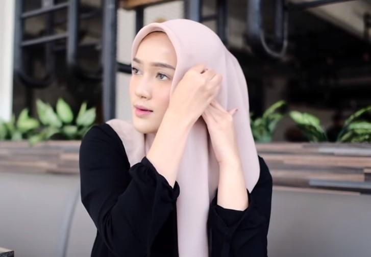 Tutorial Hijab Segi Empat Modern Simple dan Modis, Bawa Sisi Hijab ke Sisi yang Lainnya dan Sematkan Jarum Pentul