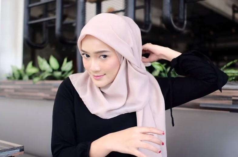 Tutorial Hijab Segi Empat Modern Simple dan Modis, Bawa Sisi Hijab yang Pendek ke Arah Belakang