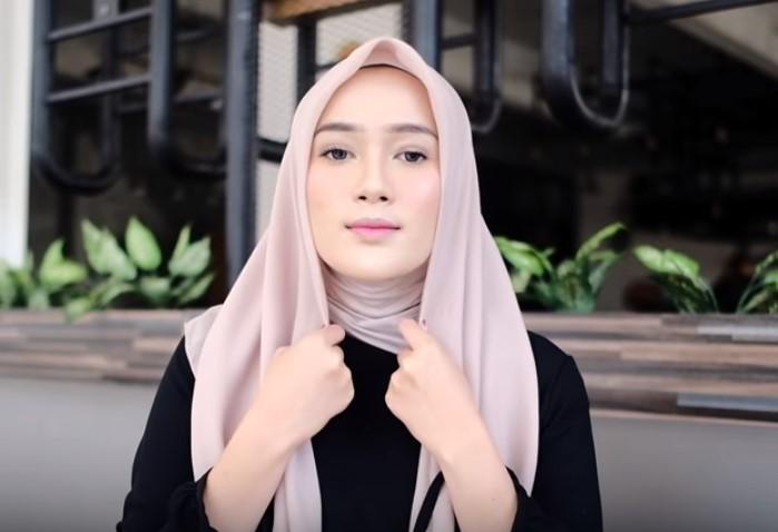 Tutorial Hijab Segi Empat Pesta Simple dan Modis, Gunakan Inner Hijab atau Ciput Dalaman Ninja