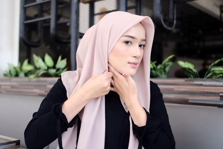 Tutorial Hijab Segi Empat Pesta Simple dan Modis, Rapikan dan Lipat Salah Satu Sisi Hijab