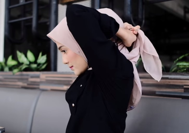 Tutorial Hijab Segi Empat Sederhana Simple dan Modis, Ikat Kedua Sisi Kerudung dengan Rapi