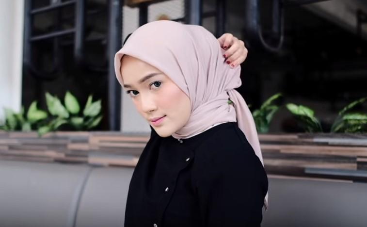 Tutorial Hijab Segi Empat Sederhana Simple dan Modis, Rapikan Bagian Belakang Hijab Segi Empat