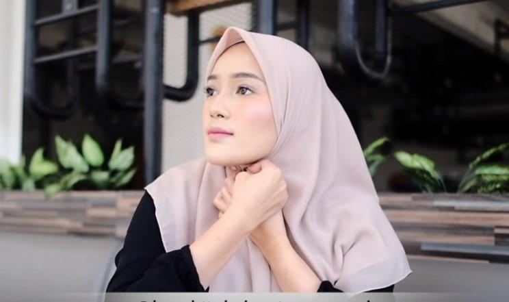 Tutorial Hijab Segi Empat Sederhana Simple dan Modis, Sematkan Peniti di Bawah Dagu pada Hijab Segi Empat