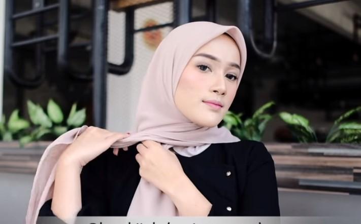 Tutorial Hijab Segi Empat Terbaru Simple Tapi Modis, Bawa Salah Satu Sisi Hijab ke Belakang