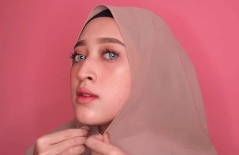 Cara Memakai Hijab Pashmina Simple dan Modis, Sematkan Jarum Pentul di Bawah Dagu
