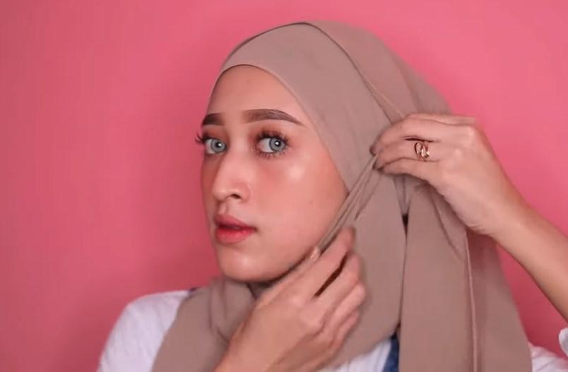 Tutorial Hijab Pashmina Kekinian dan Hits Simple dan Mudah, Rapikan Sisi Hijab yang Agar Terbuka dengan Menariknya Agak Ke Atas
