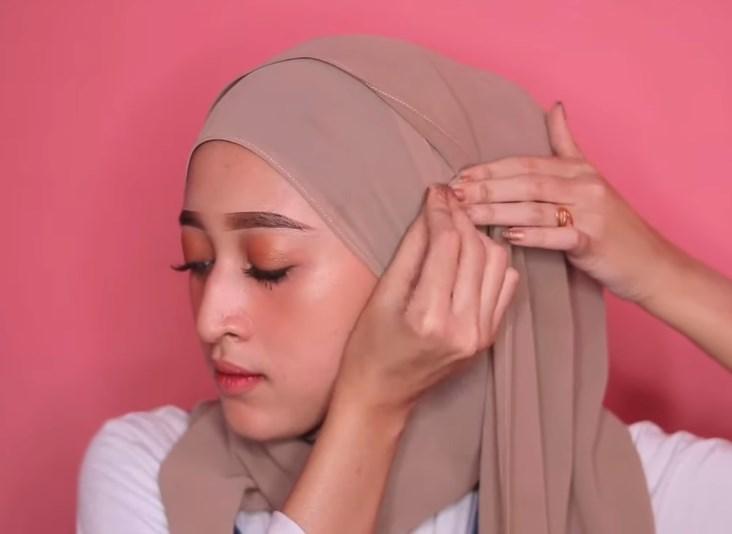 Tutorial Hijab Pashmina Kekinian dan Hits Simple dan Mudah, Sematkan Jarum Pentul Agar Rapi
