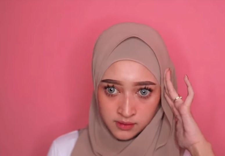 Tutorial Hijab Pashmina Kekinian dan Hits Simple dan Mudah, Sematkan Jarum Pentul Lagi di Sisi Hijab Atasnya
