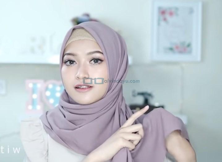 Tutorial Hijab Pashmina Pesta Cantik dan Elegan, Bawa Kembali Sisi Hijab Panjang yang Dibelakang ke Depan