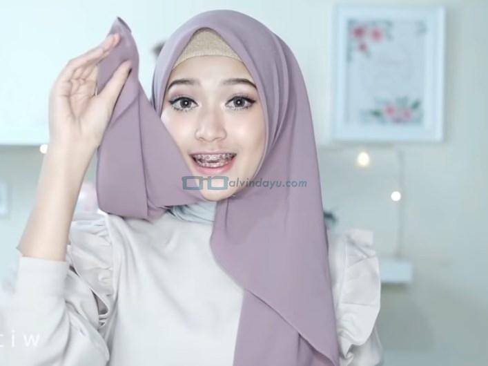 Tutorial Hijab Pashmina Pesta Cantik dan Elegan, Bawa Sisi Hijab yang Pendek Ke Belakang