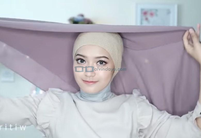 Tutorial Hijab Pashmina Pesta Cantik dan Elegan, Lipat Hijab Pashmina Seperti Hijab Segi Empat Bentuk Segitiga