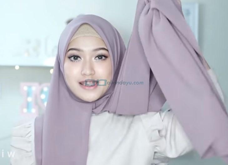 Tutorial Hijab Pashmina Pesta Kekinian, Ambil Sisi Hijab yang Lebih Panjang