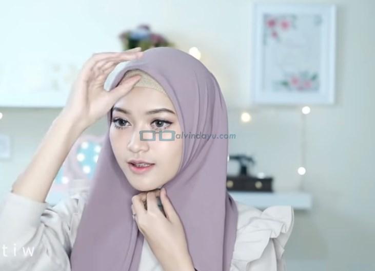 Tutorial Hijab Pashmina Pesta Kekinian, Rapikan Hijab Pashmina Sesuai Bentuk Wajah dan Pastikan Salah Satu Sisi Hijab Lebih Panjang