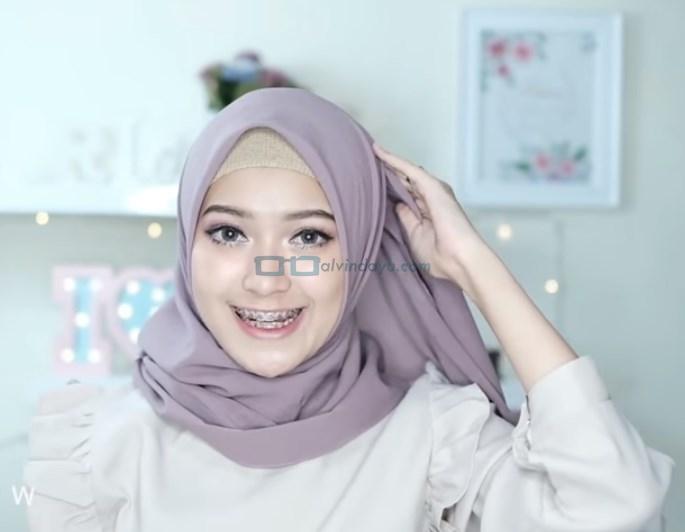 Tutorial Hijab Pashmina Pesta Kekinian, Sematkan Jarum Pentul