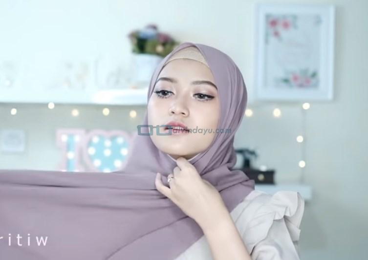 Tutorial Hijab Pashmina Pesta Modern Tanpa Jarum Pentul, Bawa Sisi Hijab yang Panjang ke Belakang