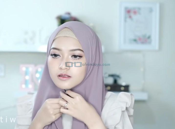 Tutorial Hijab Pashmina Pesta Modern Tanpa Jarum Pentul, Rapikan dan Lipat Sedikit Pegang Hijab Dibawah Dagu
