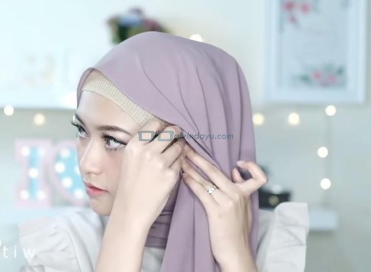 Tutorial Hijab Pashmina Pesta Pernikahan, Bawa Sisi Hijab Ke Sisi Samping Wajah Lainnya dan Sematkan Jarum Pentul