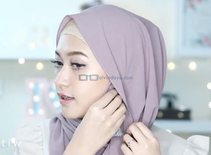 Tutorial Hijab Pashmina Pesta Pernikahan, Gunakan Aksesoris Hijab Anting