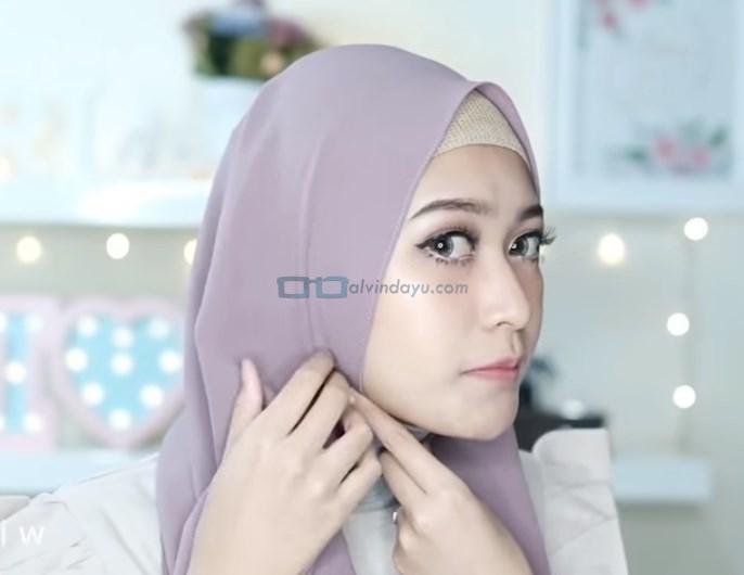 Tutorial Hijab Pashmina Pesta Pernikahan, Rapikan dan Lipat Sedikit Sisi Samping Wajah Hijab yang Pendek