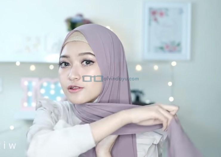 Tutorial Hijab Pashmina Pesta Simple Tanpa Jarum Pentul, Bawa Salah Satu Sisi Hijab Ke Belakang
