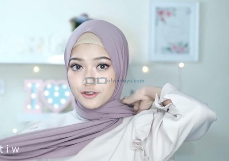 Tutorial Hijab Pashmina Pesta Simple Tanpa Jarum Pentul, Bawa Sisi Hijab Lainnya ke Belakang