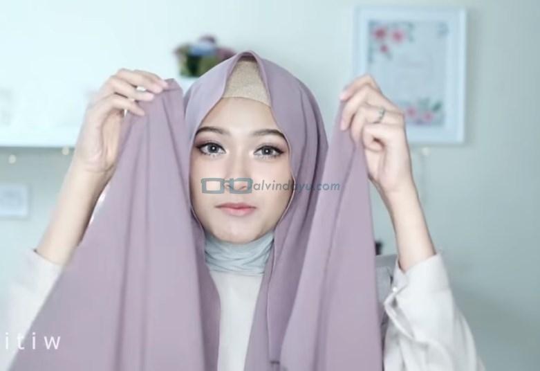 Tutorial Hijab Pashmina Pesta Simple Tanpa Jarum Pentul, Pastikan Kedua Sisi Hijab Sama Panjang