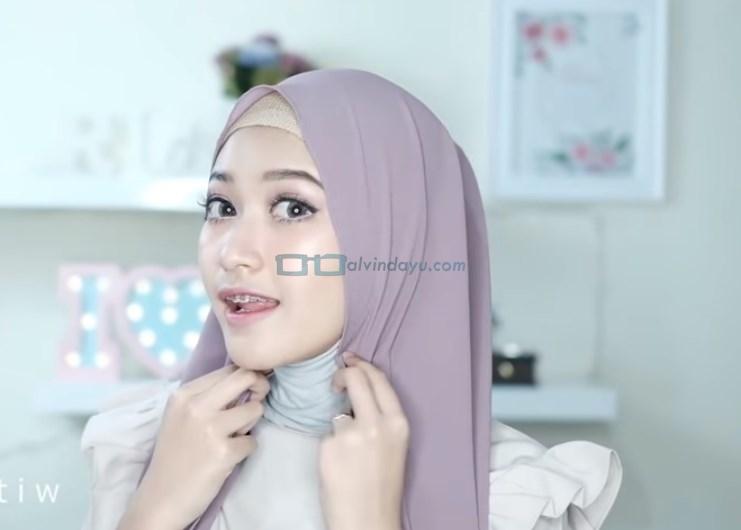 Tutorial Hijab Pashmina Pesta Simple Tanpa Jarum Pentul, Rapikan dan Lipat Sedikit Hijab Pada Samping Sisi Wajah