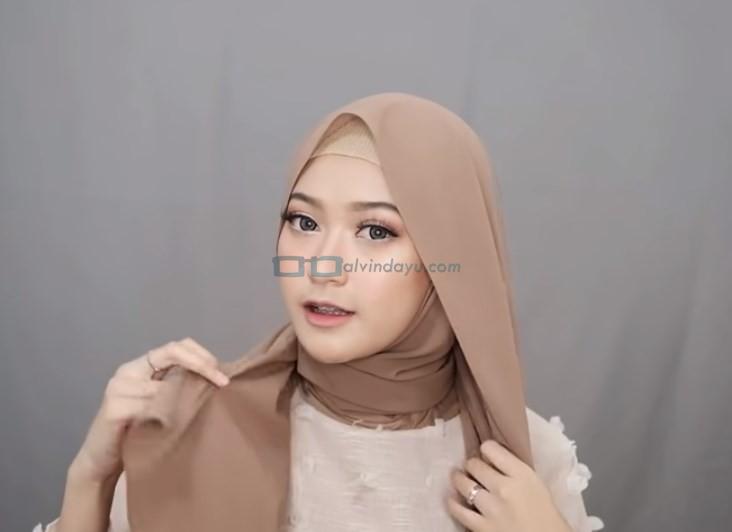 Tutorial Hijab Pashmina Simple Menutup Dada untuk Wajah Bulat, Bawa Sisi Hijab di Belakang ke Depan