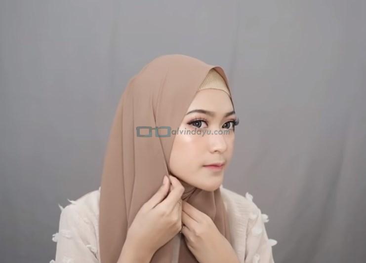 Tutorial Hijab Pashmina Simple Menutup Dada untuk Wajah Bulat, Rapikan Bagian Samping Salah Satu Sisi Hijab
