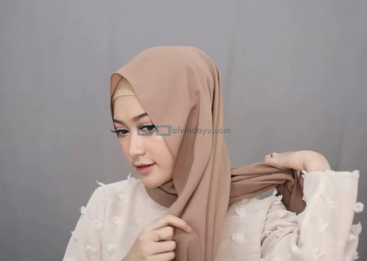 Tutorial Hijab Pashmina Simple Menutup Dada untuk Wajah Bulat, Rapikan Salah Satu Sisi Hijab ke Belakang