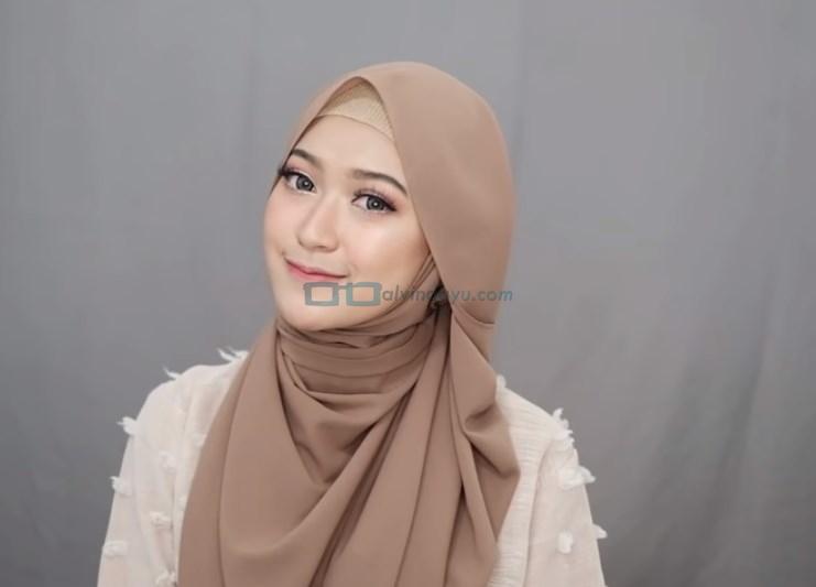 Tutorial Hijab Pashmina Simple Menutup Dada untuk Wajah Bulat SELESAI