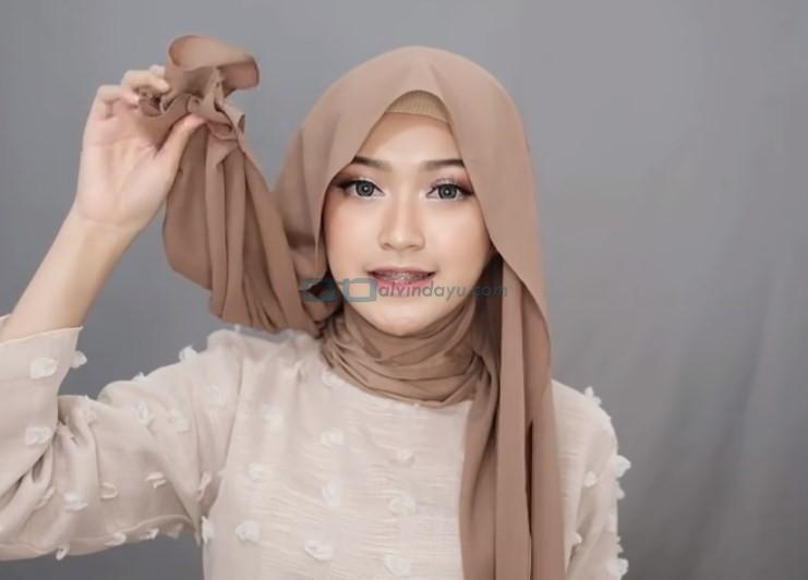 Tutorial Hijab Pashmina Simple Syari Menutup Dada, Buat Salah Satu Sisi Hijab Lebih Panjang
